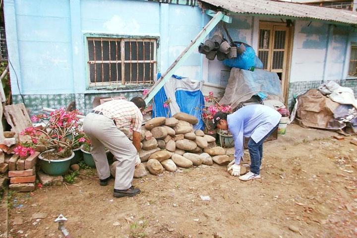 義工為住戶堆疊原有大石頭