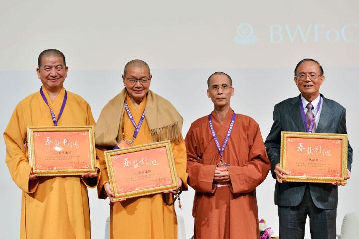 由左至右分別為:中華人間佛教聯合總會聯席主席明光法師、新北市佛教會理事長淨耀法師、鳳山寺副住持如淨法師、南華大學校長林聰明