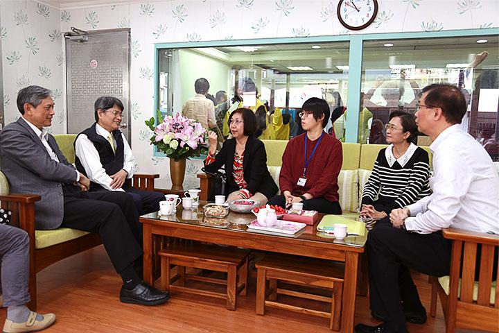 福智慈善基金會執行長賴錫源(左一)陪同台北市社會局副局長張美美(左三)參訪共餐服務