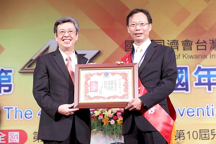 陳建仁副總統(左一)頒獎予蘇慕容執行長 (照片提供:總統府)